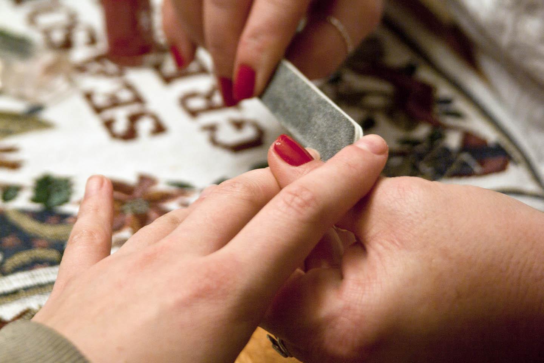 manicure dan pedicure spa adalah perawatan khusus kuku tangan kaki pada umumnya ini sangat digemari kaum hawa